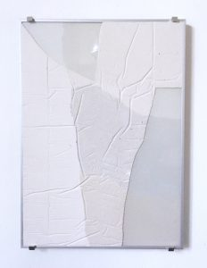 Aspects of physical (the pigmented wall plaster) merging with the immaterial ones ( environmental reflections into the glass are constantly changing). Duality of object and surroundings disappear: Capricious light reflection within the aluminium frame and brackets give a technical feel which, in combination with the glass, brings the whole into a context that raises questions about a progressive socio-technical order.